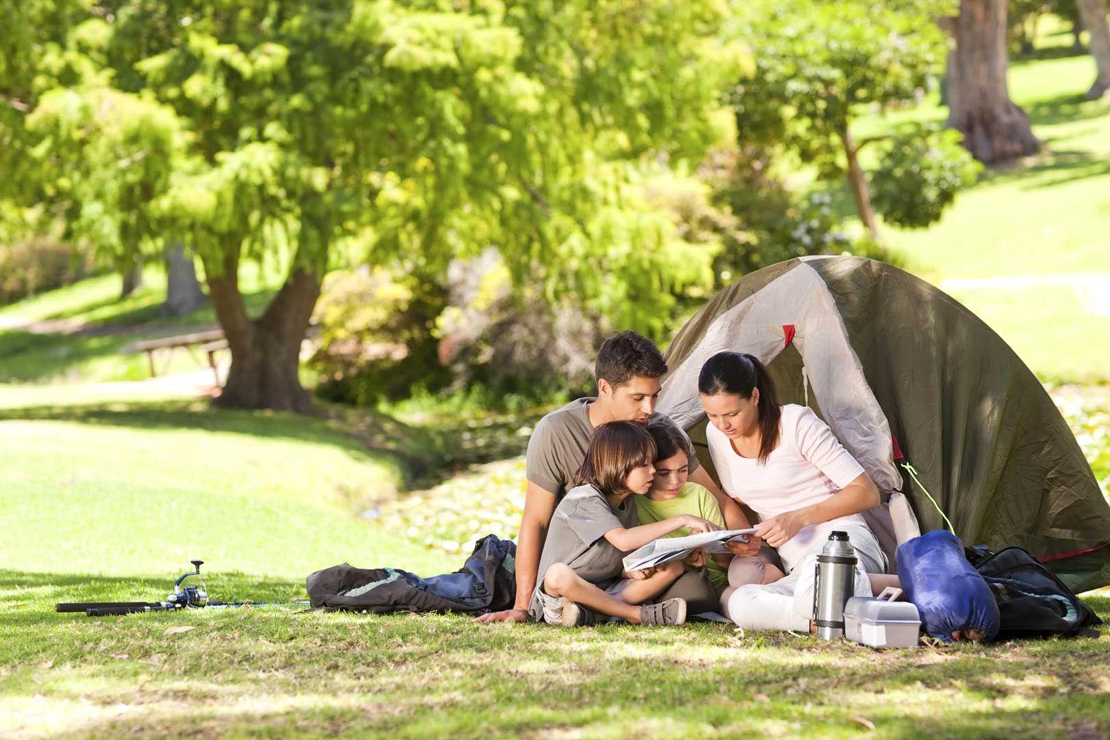 Famiglia in camping